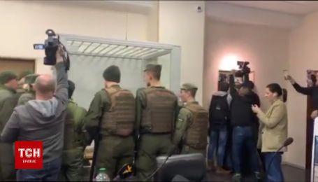 Правоохоронці штурмують залу суду, де не відбулось засідання щодо апеляції Юлії Кузьменко
