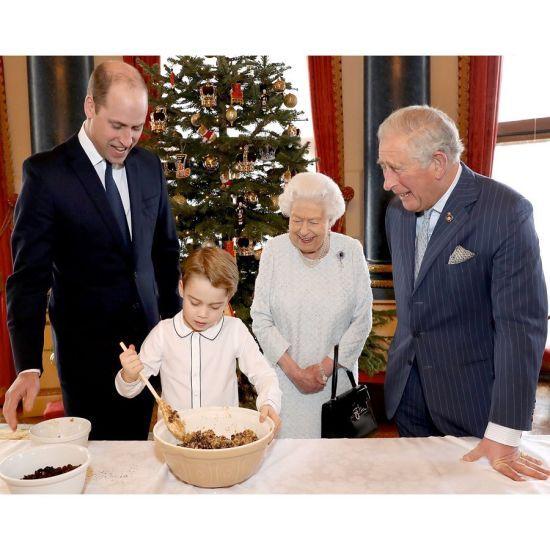 Чотири покоління королівської родини приготували різдвяні пудинги