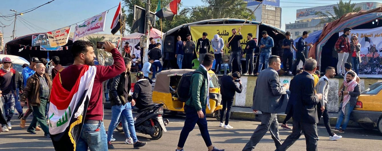Сотни иракцев штурмуют посольство США