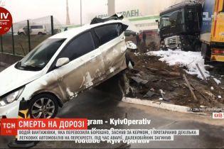 Водитель грузовика погиб, уснув за рулем и врезавшись в несколько легковых автомобилей