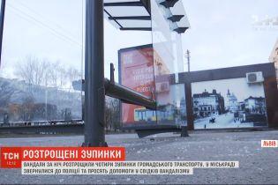 Вандали за ніч зруйнували чотири нові зупинки громадського транспорту у Львові