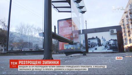 Вандалы за ночь разрушили четыре новые остановки общественного транспорта во Львове