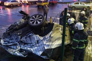 Появилось видео, как фура разорвала легковушку в Киеве