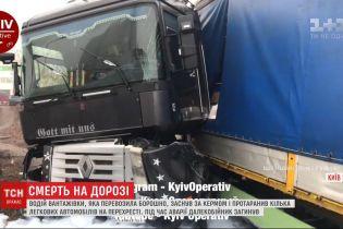 Водитель грузовика с мукой заснул за рулем и протаранил несколько автомобилей в Киеве