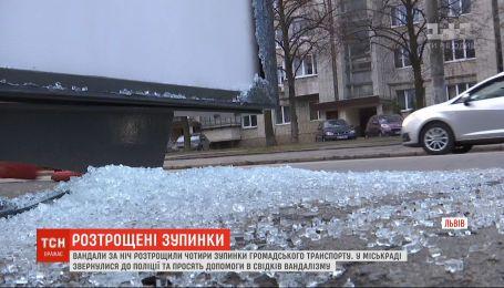 Міськрада Львова розшукує зловмисників, які трощать нові зупинки громадського транспорту
