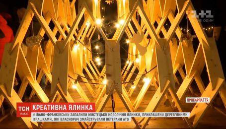 Незвичне новорічне дерево запалили в Івано-Франківську