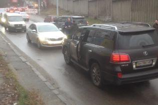 """""""Я тебя убью"""". Дерзкий водитель Lexus хотел любой ценой ехать по встречной полосе в Киеве"""