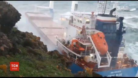 У острова Сардиния шторм выбросил на скалы гигантский грузовой корабль