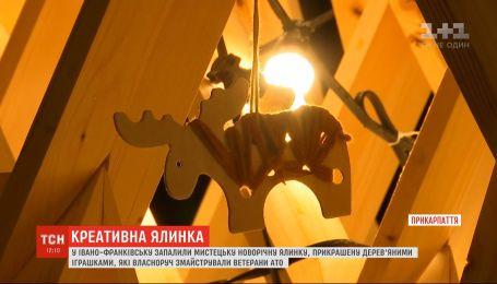 В Ивано-Франковске представили деревянную новогоднюю елку, игрушки к которой мастерили АТОшники
