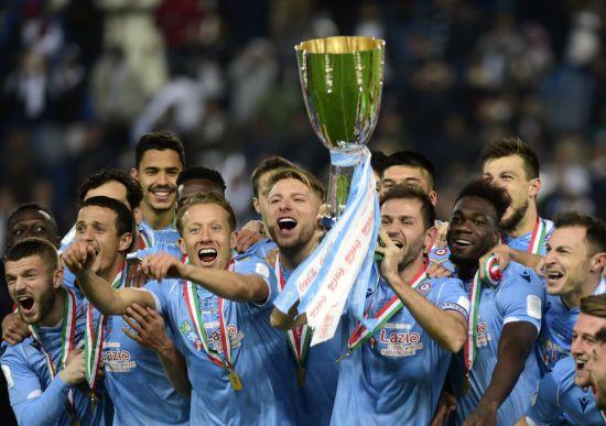 """Коли хочеш до нього доторкнутися. Охоронець обшукав трофей Суперкубка Італії у футболіста """"Лаціо"""""""