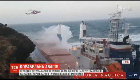 Грузовой корабль с людьми на борту выбросило морскими волнами на скалы близ Сардинии