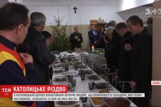 У Львові влаштували святкову вечерю для людей, які опинились у складних життєвих обставинах