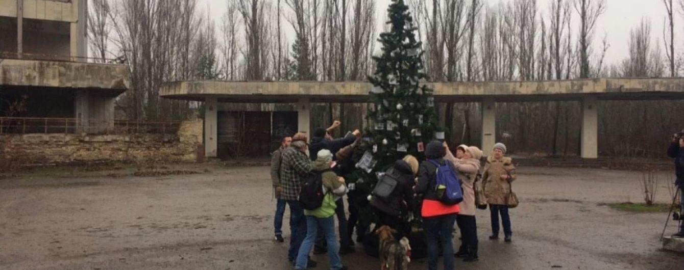 У центрі Прип'яті вперше з року Чорнобильської катастрофи встановили святкову ялинку