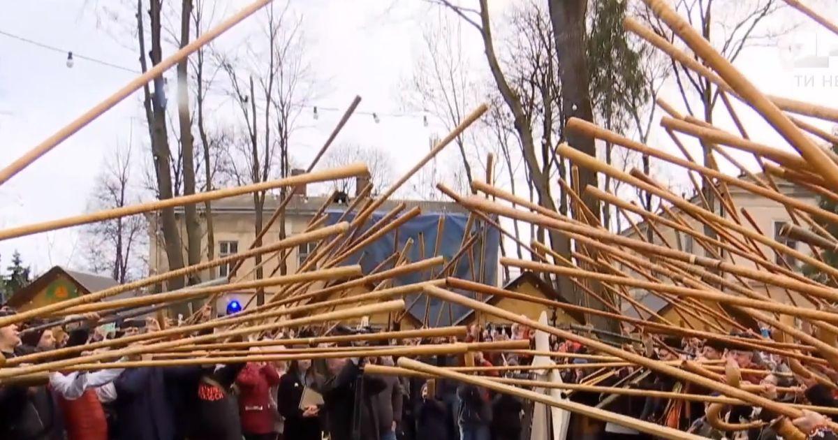 В Івано-Франківську встановили трембітовий рекорд. Одночасно грали півтори сотні інструментів