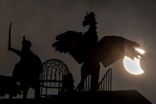 """Сонце перетворилося на """"вогняне кільце"""": приголомшливі фото та відео останнього цьогоріч затемнення"""