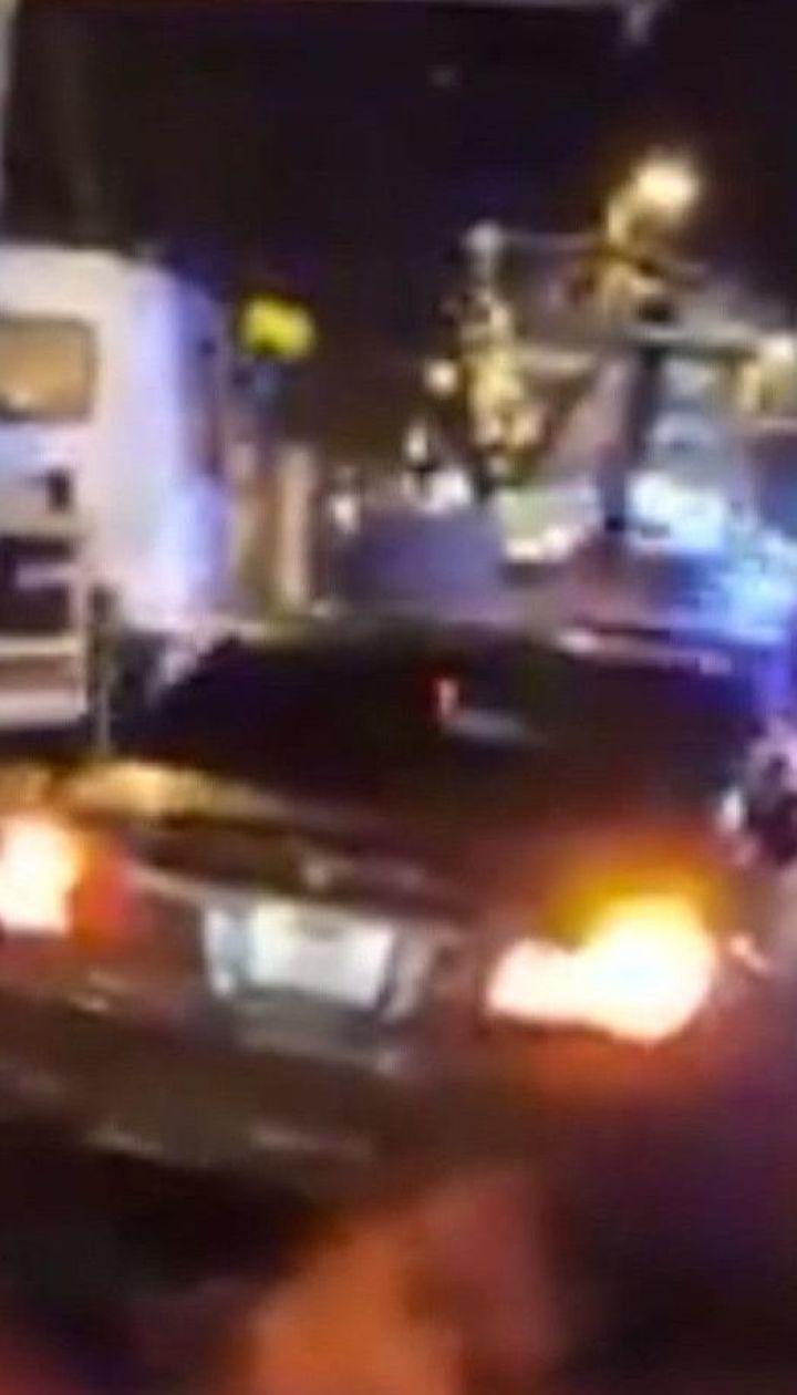 Водитель-нарушитель при побеге от копов наехал на полицейского и атаковал патрульное авто
