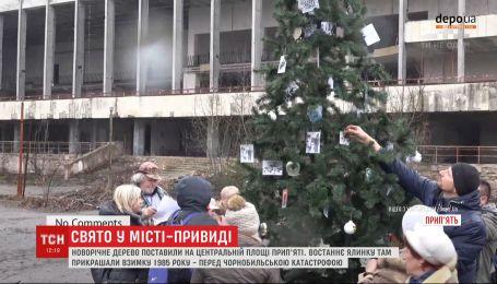 Новорічне дерево поставили на центральній площі Прип'яті уперше після катастрофи на ЧАЕС