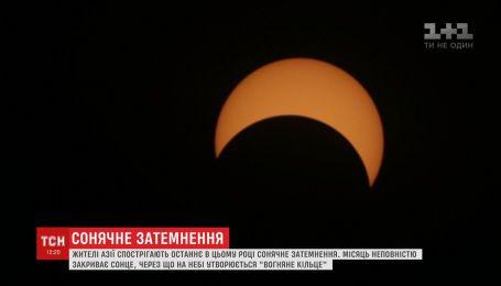 Редкое кольцеобразное солнечное затмение наблюдают 26 декабря жители Азии