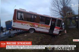 Шестеро людей зазнали травм після зіткнення автобуса із бусом на Волині