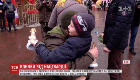В восьми городах Украины солдаты-срочники дарили прохожим елки