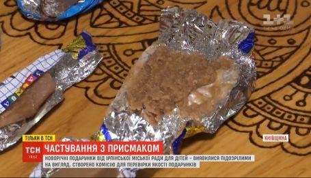 Детям в Ирпене подарили подозрительные на вид и вкус конфеты