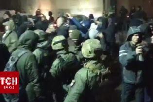 Cиловики окружают СИЗО, под которым собрались активисты