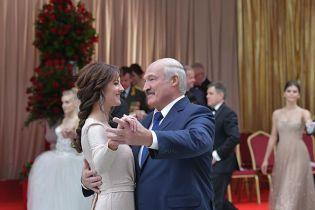 Лукашенко і бал: президент Білорусі вальсував з ефектною телеведучою