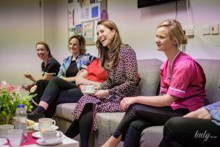 В платье с геометрическим принтом: герцогиня Кембриджская посетила родильное отделение