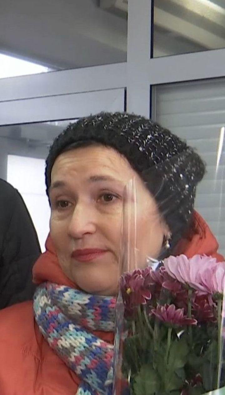 Родственники, друзья и боевые товарищи пришли в аэропорт Борисполя встречать освобожденных пленных