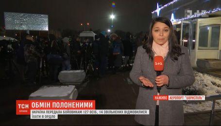 Журналісти вишикувались у черги, аби потрапити на летовище Борисполя, де очікують полонених