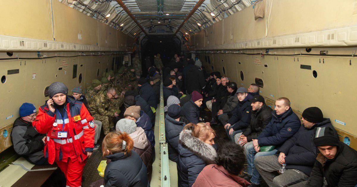 В Борисполе приземлился самолет с освобожденными пленными украинском