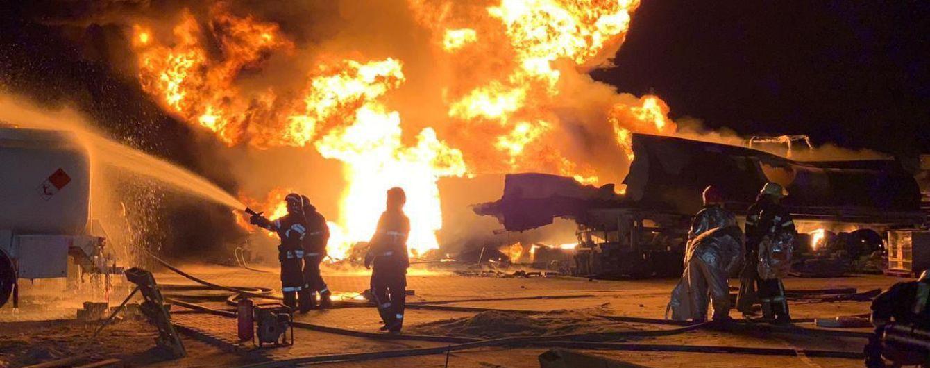 У поліції назвали ймовірну причину масштабного загоряння бензовозів у Києві