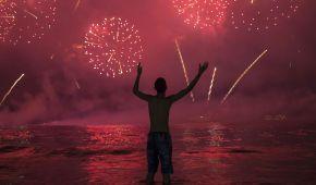 Конфетти на Таймс-Сквер и фейерверки над пляжем в Рио. Новый 2020 год в фотографиях