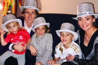 С очаровательными женами и детьми. Как футбольные звезды встретили Новый год