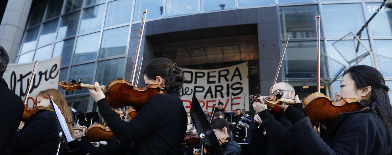 Парижане концертом выразили протест против пенсионной реформы Макрона