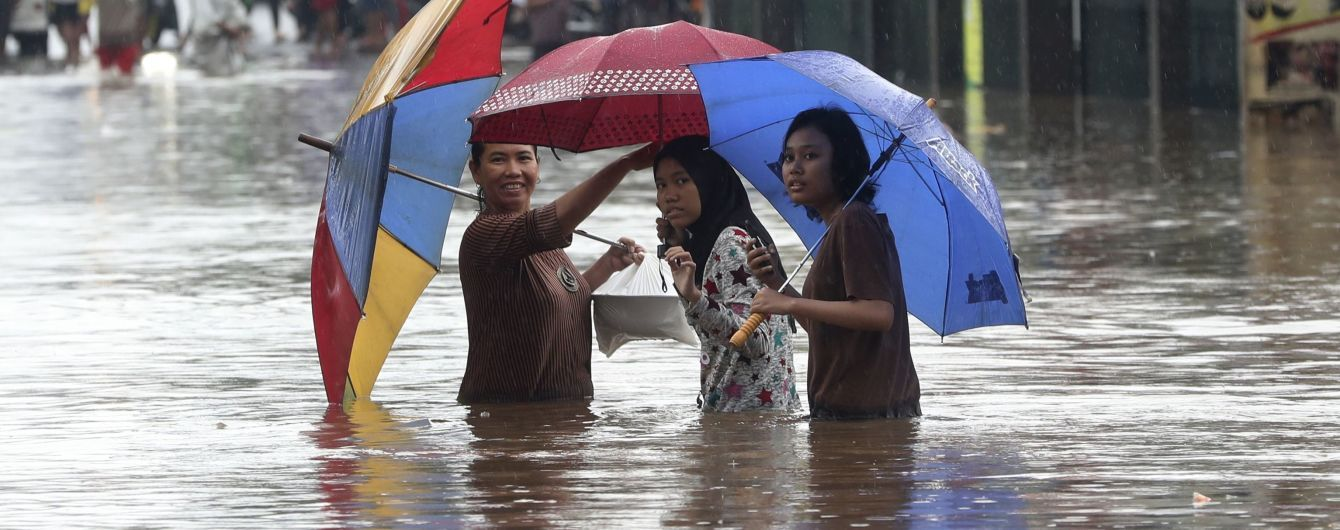 Джакарту охватили сильные наводнения: вода унесла жизни по меньшей мере 16 человек