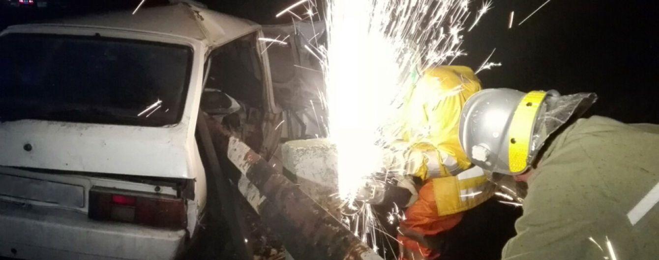 На Днепропетровщине мужчина въехал в дорожный отбойник: тело извлекали спасатели