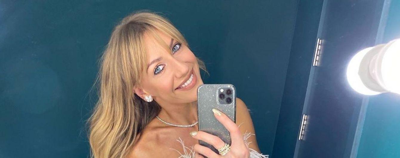 В топе из перьев и с новым айфоном: Леся Никитюк в нежном луке устроила фотосессию