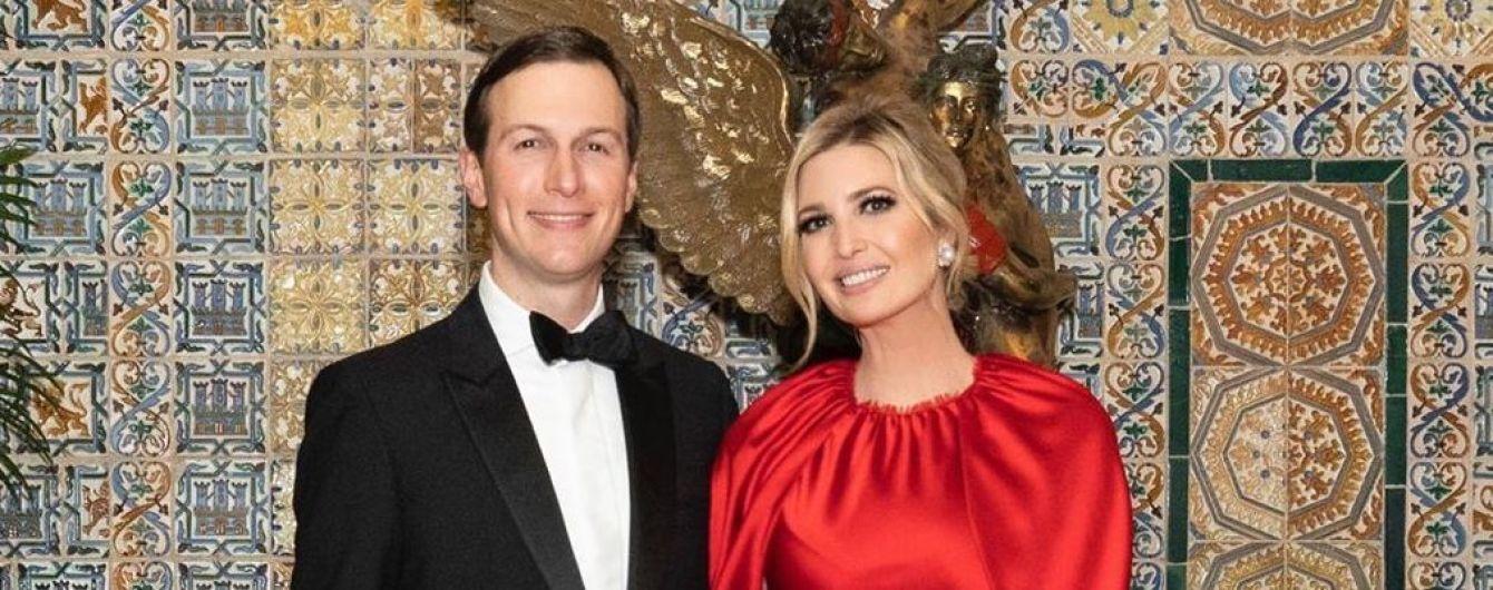 У червоній сукні і в обіймах чоловіка: Іванка Трамп опублікувала милу світлину