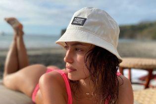 В розовом бикини и панамке: Ирина Шейк показала фото с отдыха