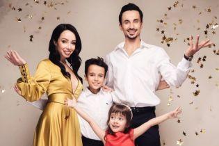 В золотом платье с глубоким декольте: Екатерина Кухар представила новогоднюю семейную открытку