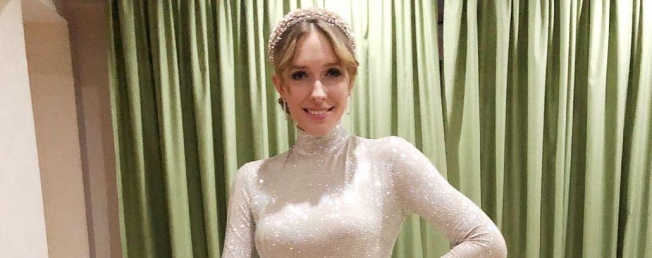 С обручем и в блестящем платье с высоким разрезом: новогодний образ Кати Осадчей