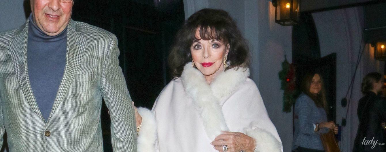 У білій накидці з хутром: 86-річна Джоан Коллінз на прогулянці з чоловіком