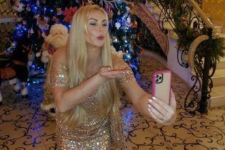 В золотистом платье и с поцелуями: Камалия сфотографировалась на фоне елки