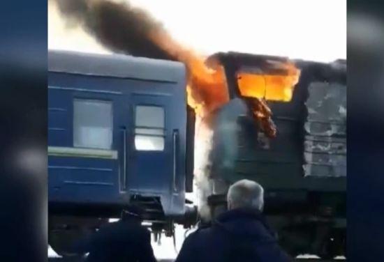 В потяга Харків-Херсон посеред поля загорівся локомотив
