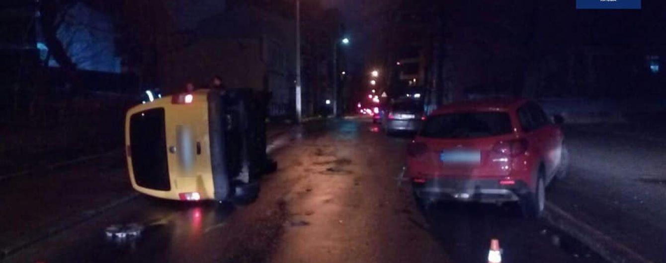 У Києві п'яний водій влетів в припарковане авто, а потім приліг на місці аварії відпочити