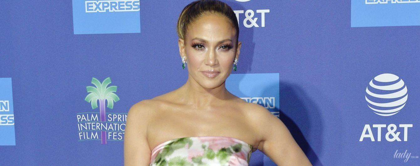 Ах, какая красавица: Джей Ло в цветочном платье и на шпильках приехала на концерт
