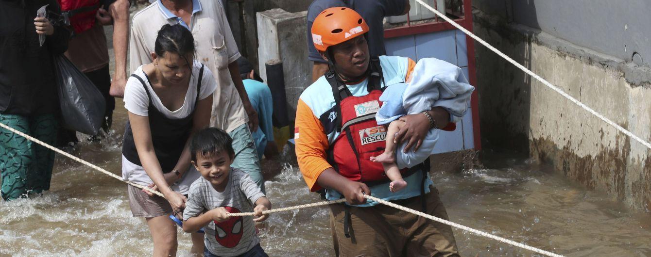 Через повінь в Індонезії загинули вже 43 особи, ще 400 тисяч евакуювали
