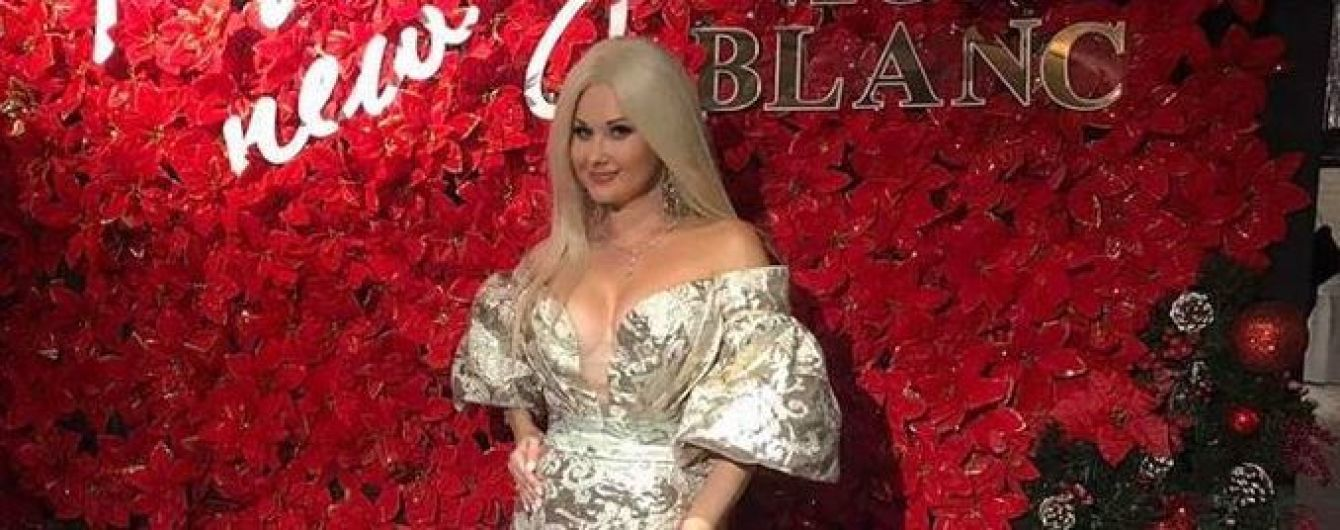 С акцентом на откровенном декольте: Бужинская продемонстрировала аутфит в платье с цветочным принтом