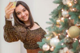 В леопардовій сукні і з келихом шампанського: прессекретарка Зеленського привітала всіх з Новим роком